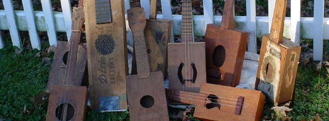En samling hjemmelavede guitarer, banjoer og ukulerer (såkaldte cigar box guitars).