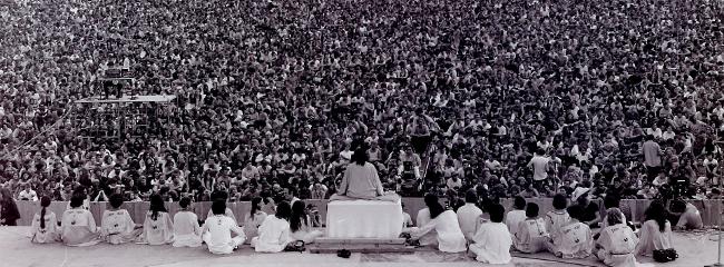 Woodstock-festivalen, 1969. Åbningstale af Swami Satchidananda.