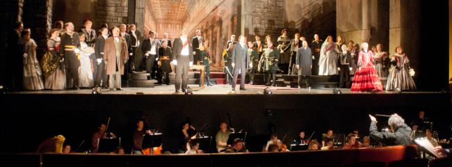 Opførelse af Lucia di Lammermoor (Donizetti, 1835). Nederst ses orkestret og dirigenten.